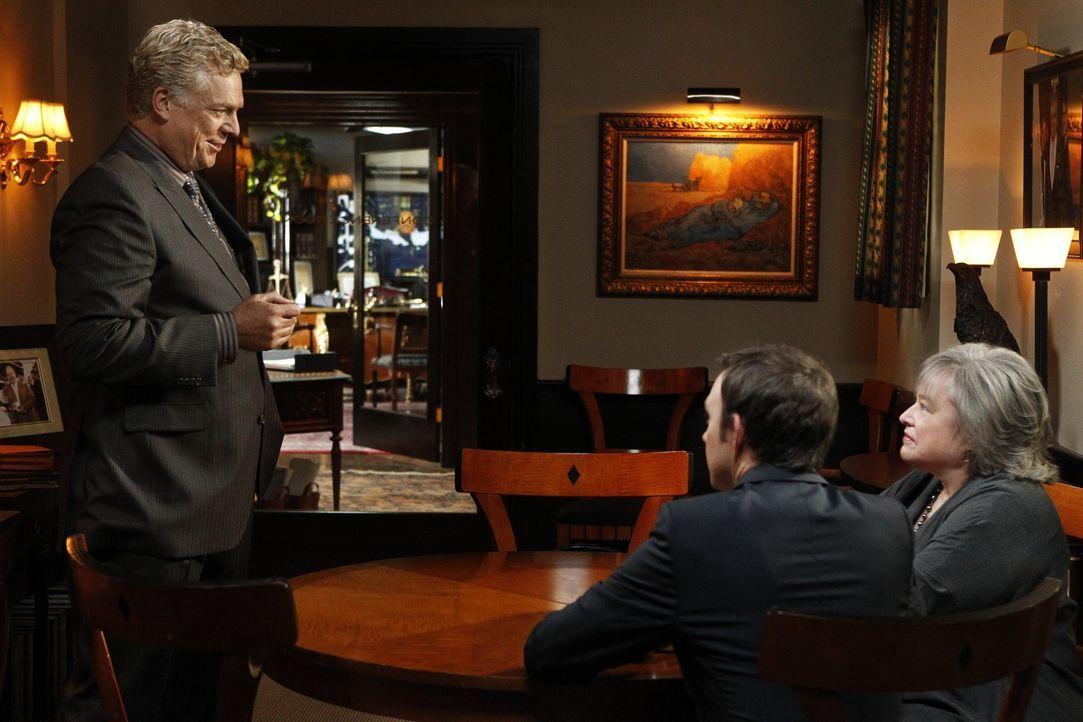Harry (Kathy Bates, r.) und Adam (Nathan Corddry, M.) legen sich mit Anwalt Tommy Jefferson (Christopher McDonald, l.) an. Wer wird als Sieger aus d... - Bildquelle: Warner Bros. Television