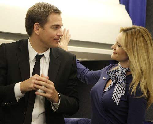 Tony (Michael Weatherly) versucht herauszufinden, ob Stewardess Tiffany (Victoria Pratt) auf Nora Williams angesetzt wurde... - Bildquelle: CBS Television