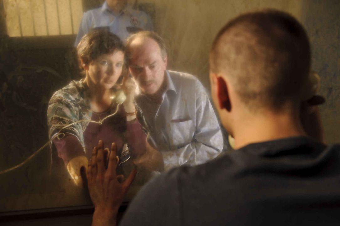 Durch eine Glasscheibe getrennt, dürfen Martina (Veronica Ferres, l.) und Ralf W. (Herbert Knaup, M.) mit ihrem Sohn regelmäßig reden. Doch nach zeh... - Bildquelle: SAT.1