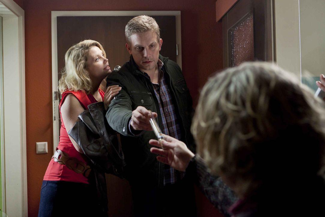 Langsam findet Kurt (Axel Siefer, r.) auch Gefallen an Dannis (Annette Frier, l.) neuem Freund Sven (Sebastian Bezzel, M.) ... - Bildquelle: SAT.1