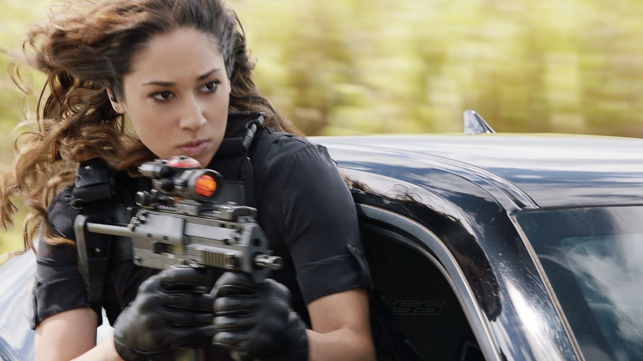 Bei einer wilden Verfolgungsjagd beweist Five-0 Neuzugang Tani Rey (Meaghan Rath) Treffsicherheit ... - Bildquelle: 2017 CBS Broadcasting Inc. All Rights Reserved.