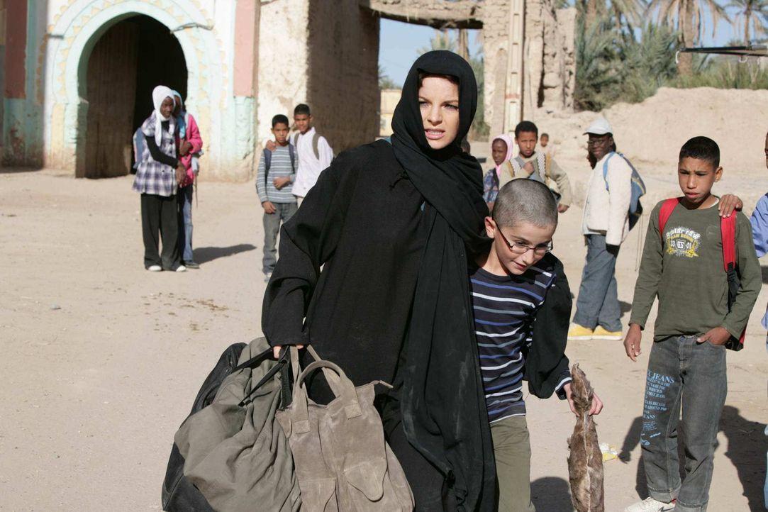 Als Karla (Yvonne Catterfeld, l.) ihren Sohn Hamy (Faraz Kafi, r.) im Kreis einiger Koranschüler entdeckt, lässt sie alle Vorsicht fallen und gibt s... - Bildquelle: SAT.1