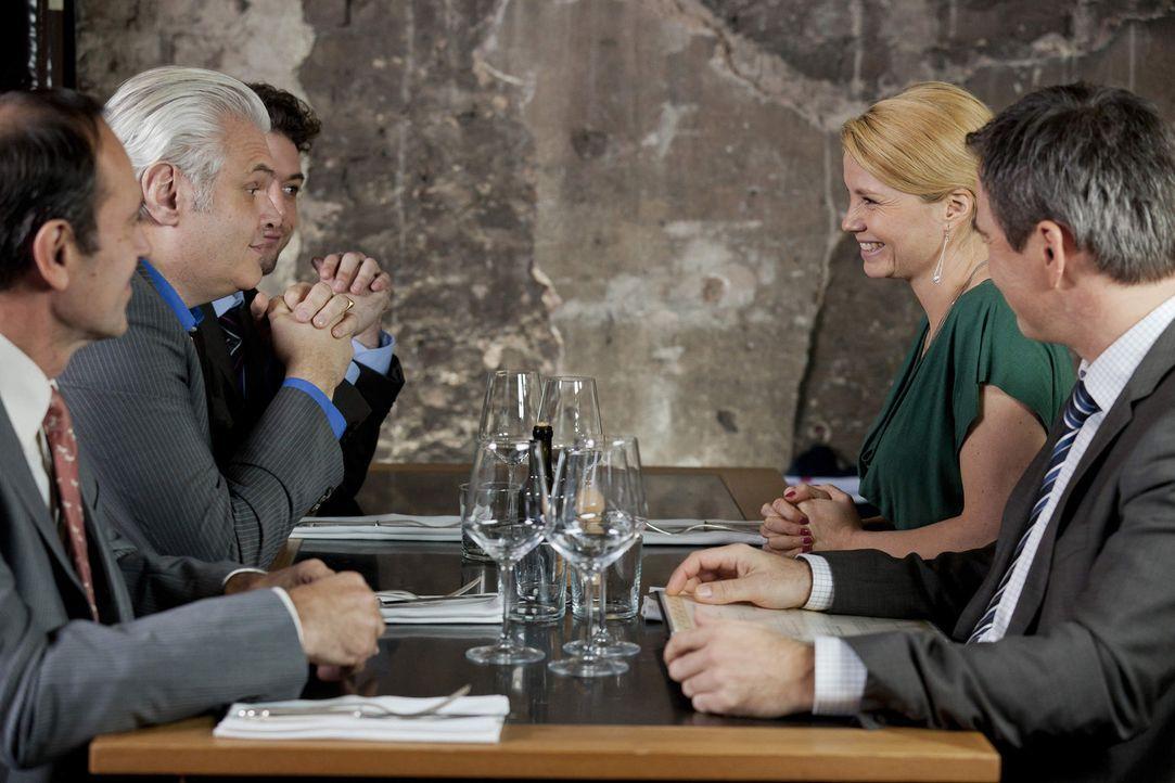 Können Danni (Annette Frier, 2.v.r.) und Oliver (Jan Sosniok, r.) gemeinsam Herrn Lamberts (Hannes Hellmann, 2.v.l.) und seine Kollegen als Mandant... - Bildquelle: Frank Dicks SAT.1