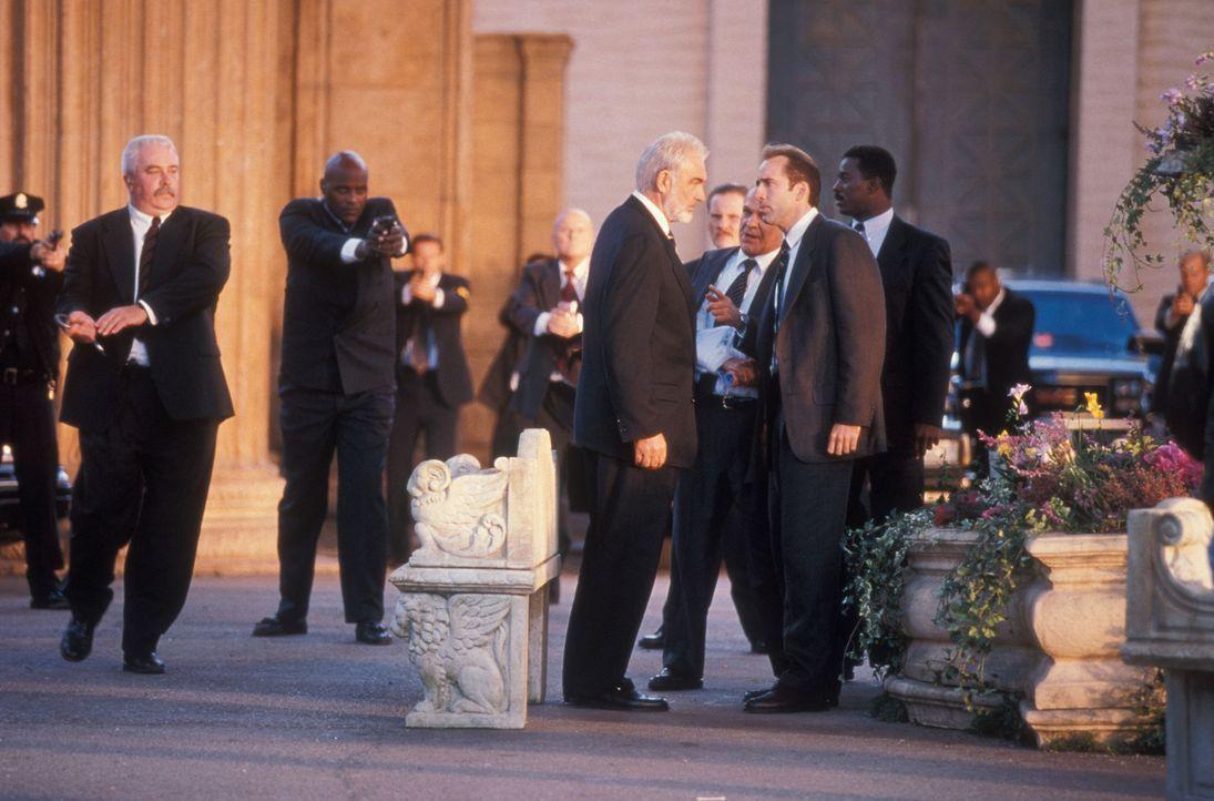 Stanley Goodspeed (Nicolas Cage, vorne r.) hat es geschafft. Er kann John Mason (Sean Connery, vorne l.) zur Mithilfe überreden, um die Sprengsätze... - Bildquelle: Hollywood Pictures