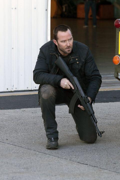 Während Weller (Sullivan Stapleton) Terroristen jagt, muss sich Jane die Frage stellen, ob sie ihrem Retter Oscar trauen kann und, ob das FBI-Team F... - Bildquelle: Warner Brothers