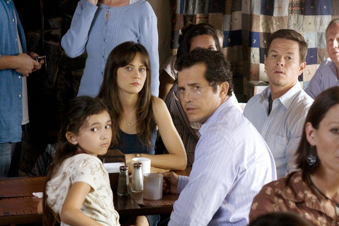 Können nicht länger mit ansehen, was mit den Menschen um sie herum passiert. Deshalb beschließen Elliot (Mark Wahlberg, hinten M..), seine Frau Alma... - Bildquelle: 20th Century Fox