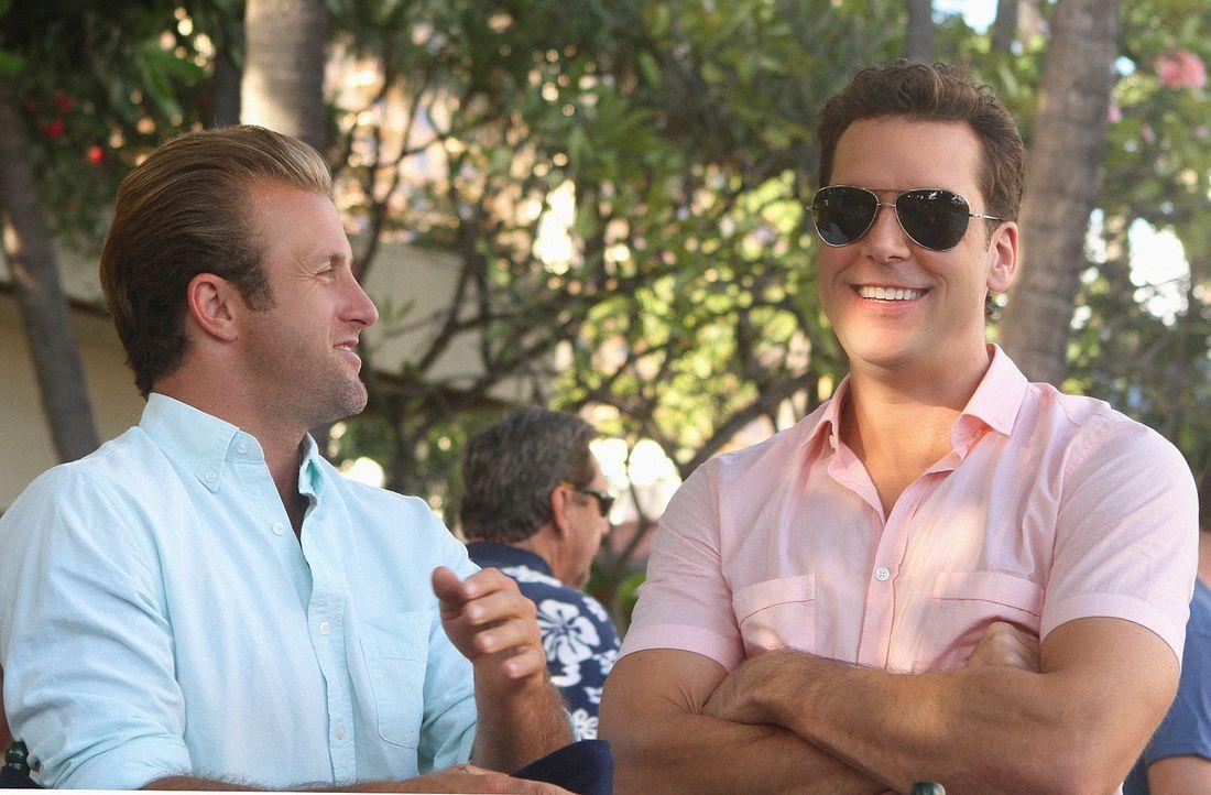 Dannys (Scott Caan, l.) abenteuerlustiger Bruder Matt (Dane Cook, r.) kommt überraschend zu Besuch. Als Danny erfährt, dass Matt wegen mutmaßlich... - Bildquelle: 2011 CBS BROADCASTING INC.  All Rights Reserved.