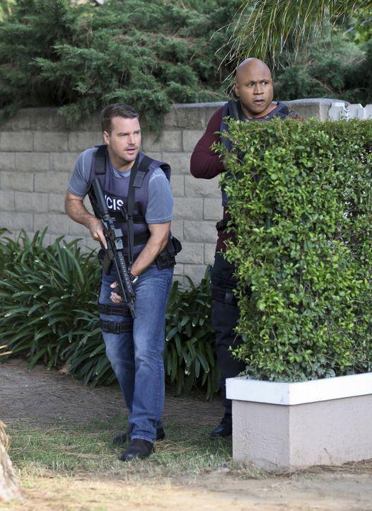 Ein neuer Fall wartet auf Callen (Chris O'Donnell, l.) und Sam Hanna (LL Cool J, r.) ... - Bildquelle: Michael Yarish 2015 CBS Broadcasting, Inc. All Rights Reserved.
