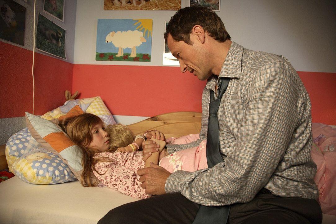Im Bett erzählt Betty (Kara Mc Sorley, l.) ihrem Vater (Markus Knüfken, r.) von ihren Visionen, dass einer der Familie sterben wird ... - Bildquelle: Sat.1