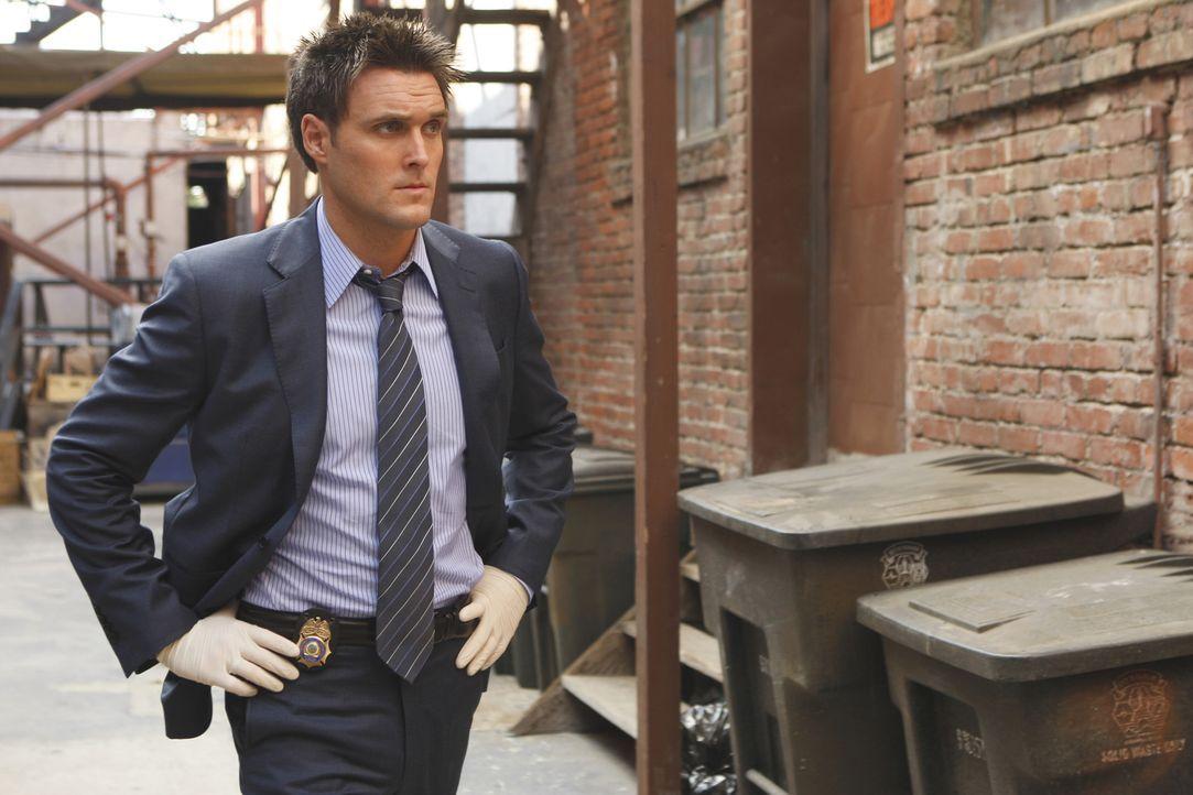 Nach einem Mordfall untersucht Wayne (Owain Yeoman) den Tatort. Wird er Hinweise auf den Mörder finden ? - Bildquelle: Warner Bros. Television