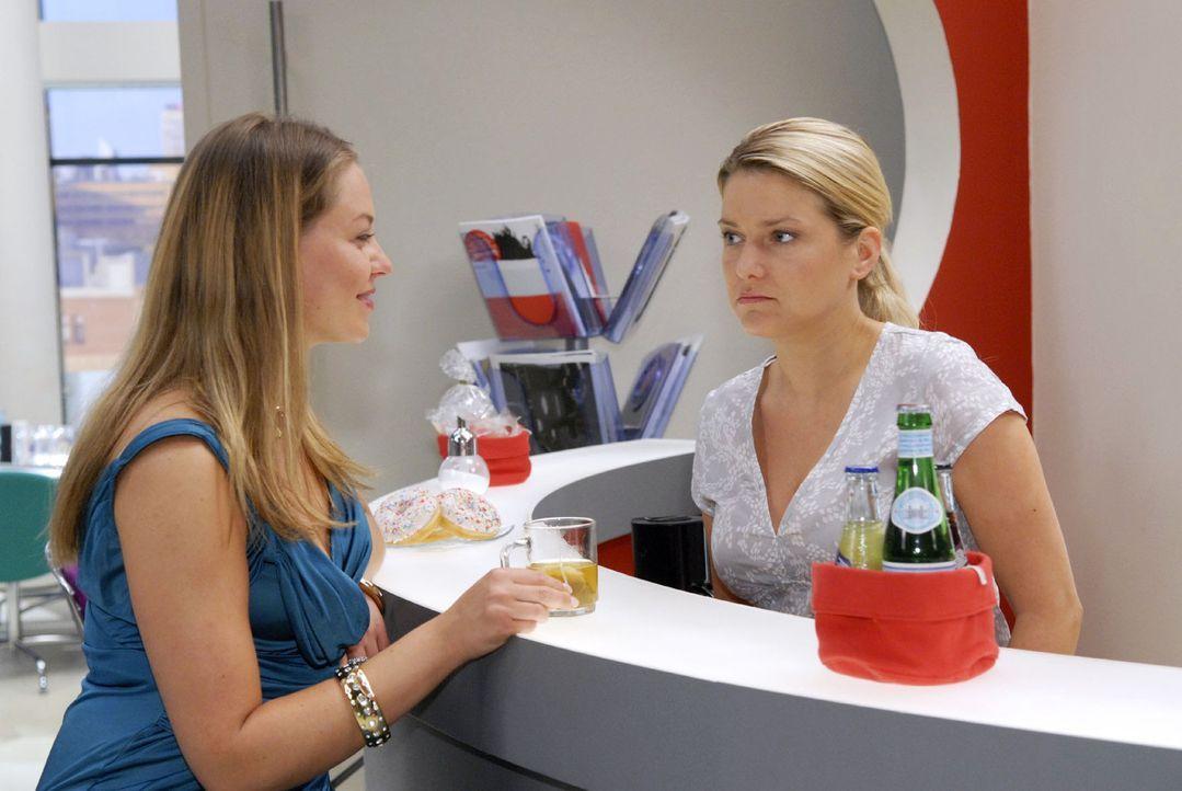 Anna (Jeanette Biedermann, r.) erfährt, dass Katja (Karolina Lodyga, l.) wieder mit Jonas zusammen ist. - Bildquelle: Sat.1