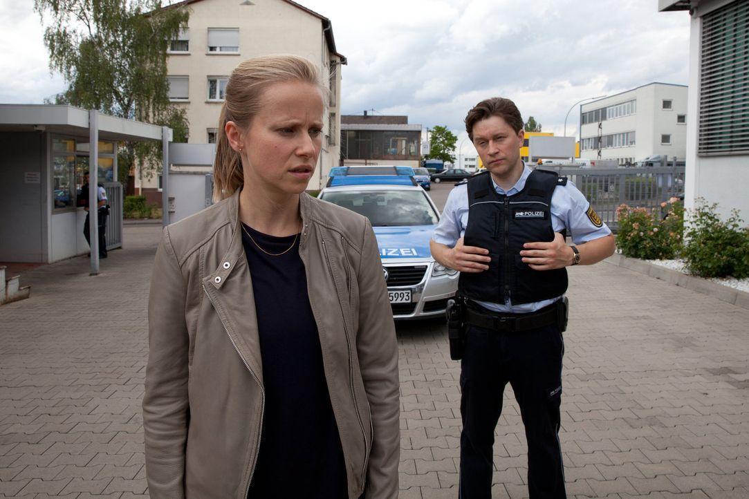 Christian (Adrian Topol, r.) versteht nicht, warum seine Freundin und Kollegin Jenny (Susanne Bormann, l.) nicht endlich den verlorenen Prozess verg... - Bildquelle: Maor Waisburd SAT. 1