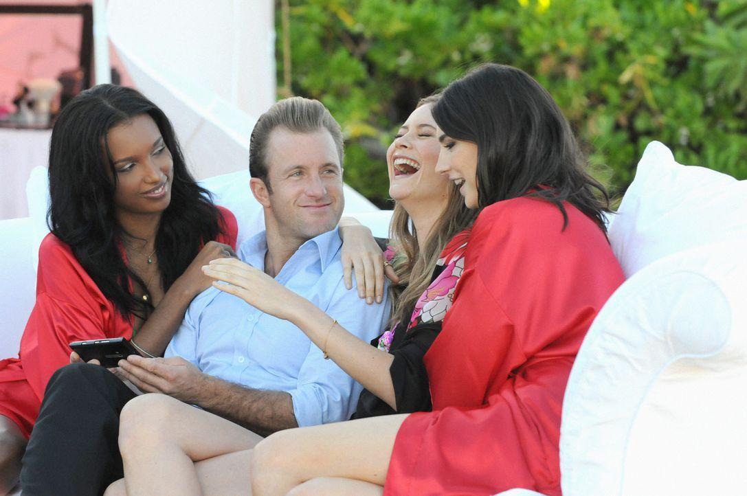 Danny (Scott Caan, 2.v.l.) genießt seinen Job, die schönsten Frauen (Jacquelyn Jablonski, r., Jasmine Tookes, l. und Behati Prinsloo, 2.v.r.) der... - Bildquelle: 2012 CBS Broadcasting, Inc. All Rights Reserved.