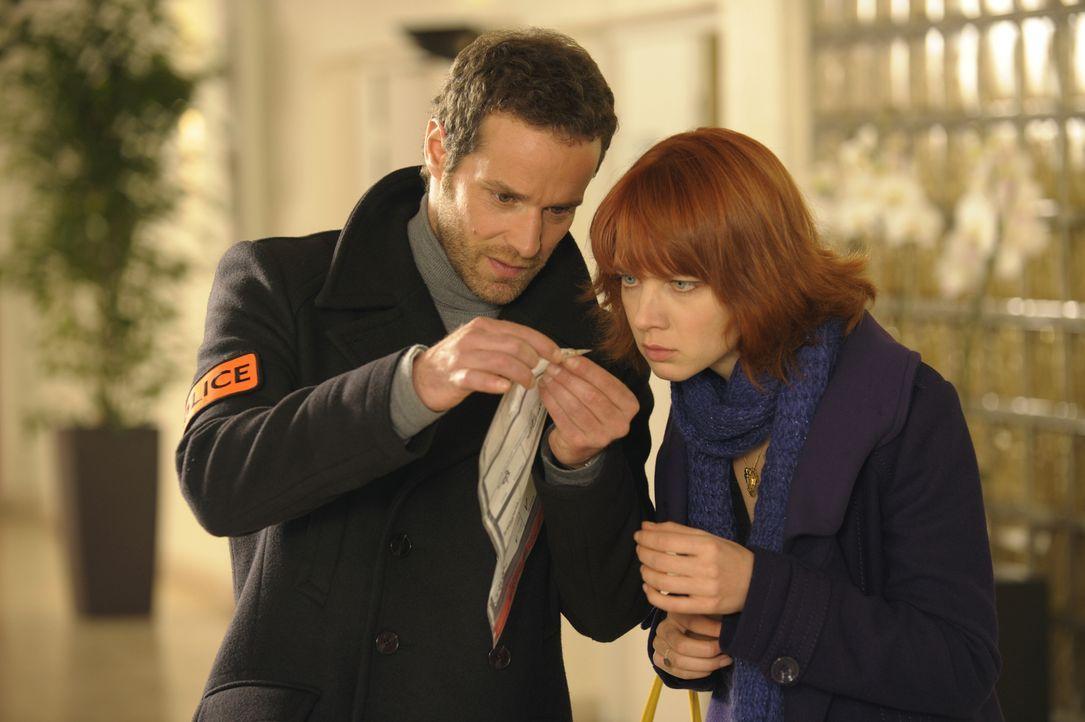 Wird ein kleiner Ring Matthieu (Guillaume Cramoisan, l.) und Chloé (Odile Vuillemin, r.) zum Mörder führen? - Bildquelle: 2008 - Beaubourg Audiovisuel/BeFilms/RTBF (Télévision Belge)