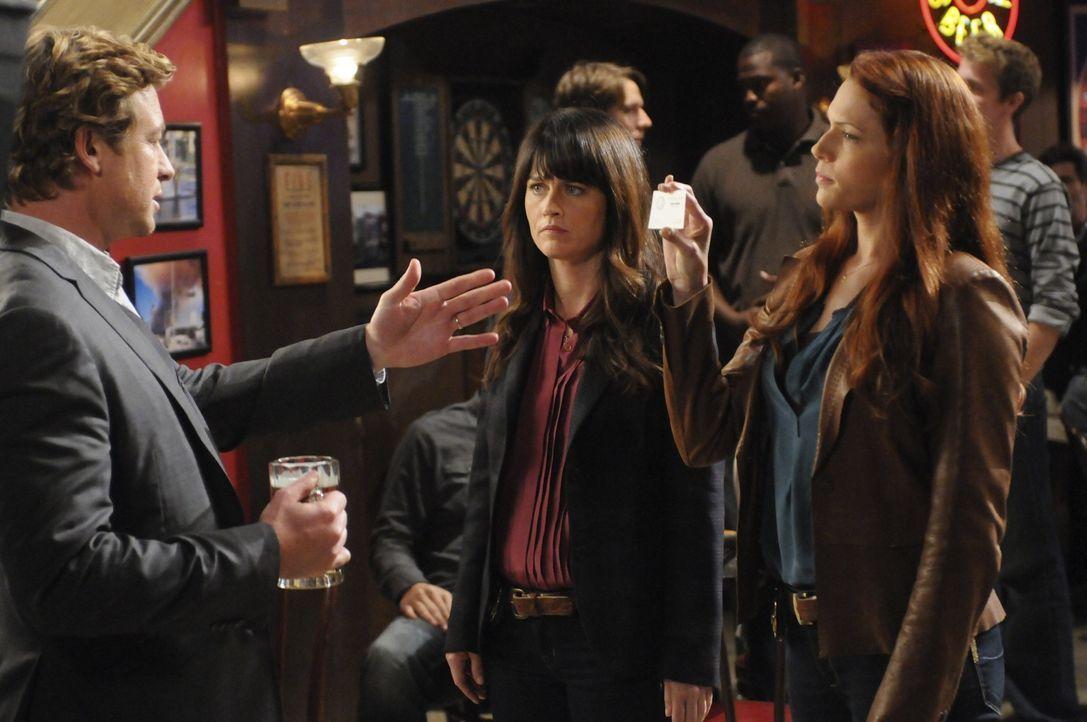 Grace (Amanda Righetti, r.) und Teresa (Robin Tunney, M.) machen sich große Sorgen um Patrick (Simon Baker, l.), der nach einen Angriff auf ihn, se... - Bildquelle: Warner Brothers
