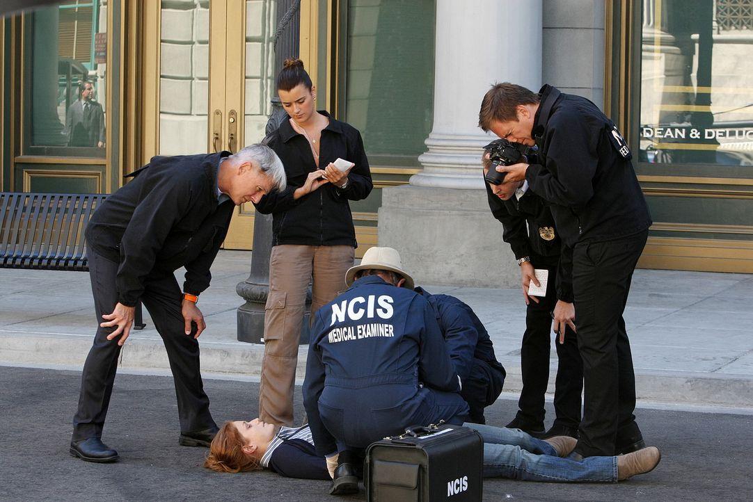 Die Wissenschaftlerin Lt. Thorson (Erica Piccininni, liegend) wird tot aufgefunden. Gibbs (Mark Harmon, l.), Ziva (Cote de Pablo, 2.v.l.), Ducky (Da... - Bildquelle: CBS Television