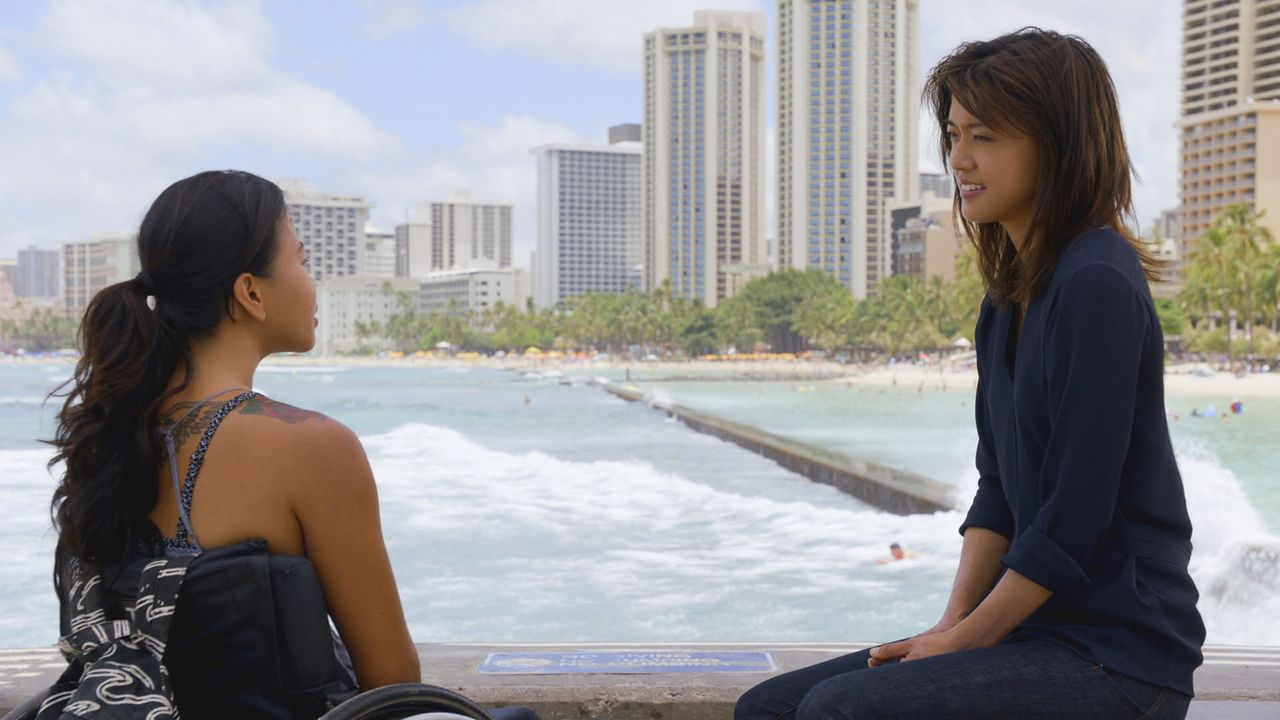 Kono (Grace Park, r.) trifft eine ehemalige Konkurrentin aus ihrer Zeit als Profi-Surferin. Rosey Valera (Kanya Sesser, l.) hat beide Beine verloren... - Bildquelle: Norman Shapiro 2016 CBS Broadcasting, Inc. All Rights Reserved