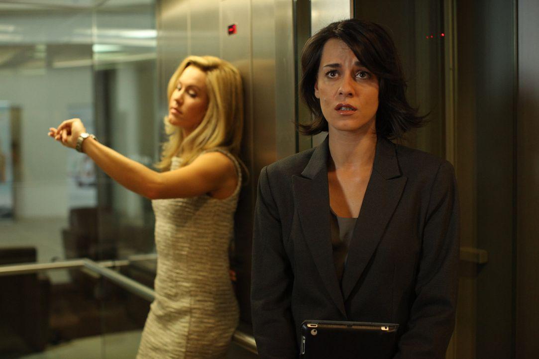 Können sich nicht leiden: Hotelmanagerin Jessica Grashoff (Wolke Hegenbarth, l.) und ihre intrigante Assistentin Manu (Edita Malovcic, r.) ... - Bildquelle: Petro Domenigg SAT.1
