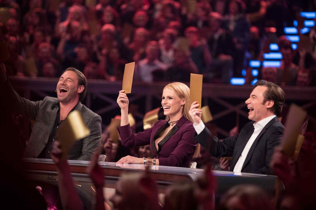 Wer wird die Juroren Michelle Hunziker (M.), Michael Bully Herbig (r.) und Sasha (l.) mit ihrer Performance begeistern? - Bildquelle: Stefan Hobmaier SAT.1