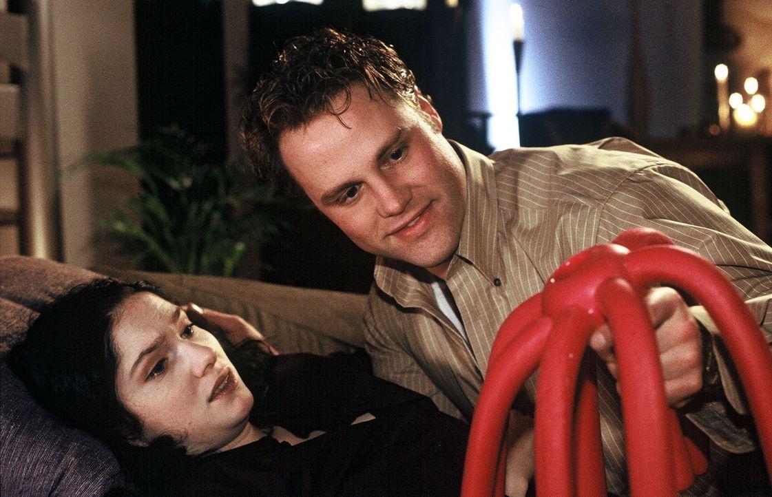 """Der neue """"Love-Wiggle"""" - er bringt knisternde Erotik auch in Ihr Schlafzimmer! (Emily Wood, l. und Mirco Reseg, r.) - Bildquelle: Sat.1"""