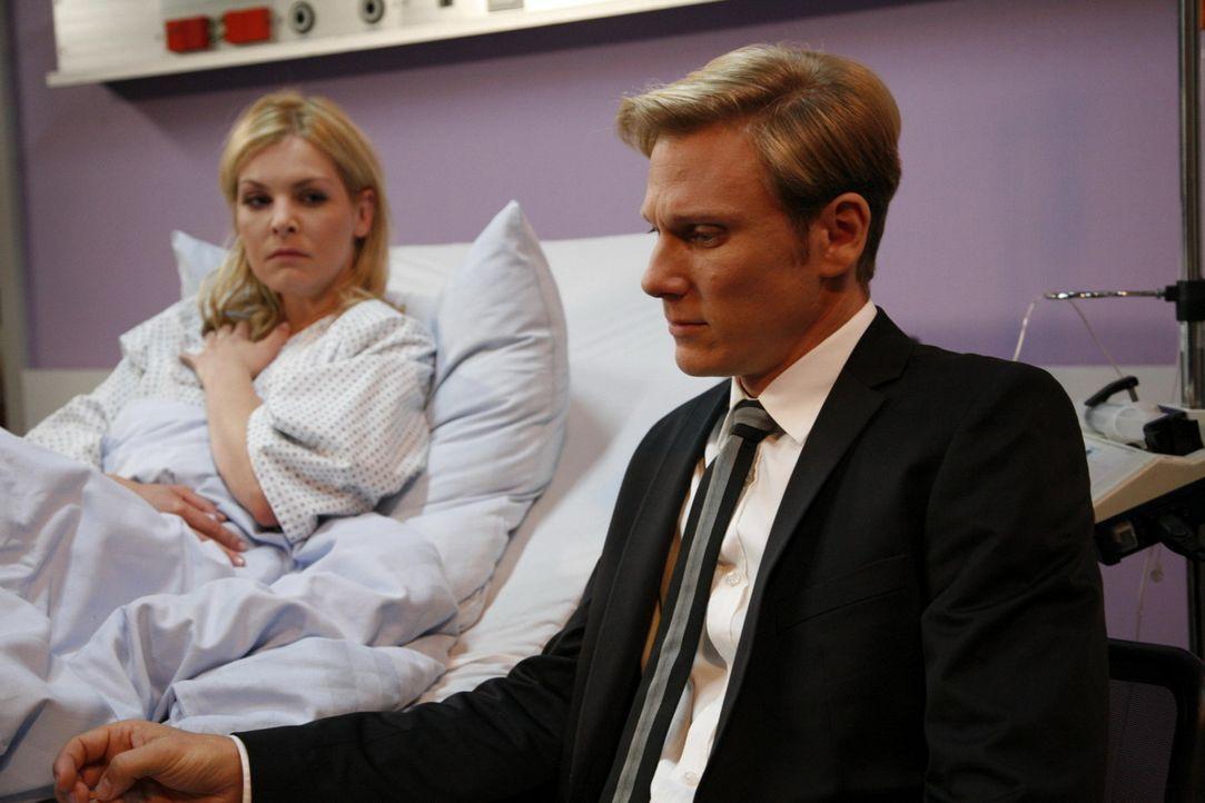 Alexandra (Ivonne Schönherr, l.) geht es langsam besser. Sogar Philip (Philipp Romann, r.) verspricht ihr angesichts der Trauer um das Kind, sie fo... - Bildquelle: SAT.1