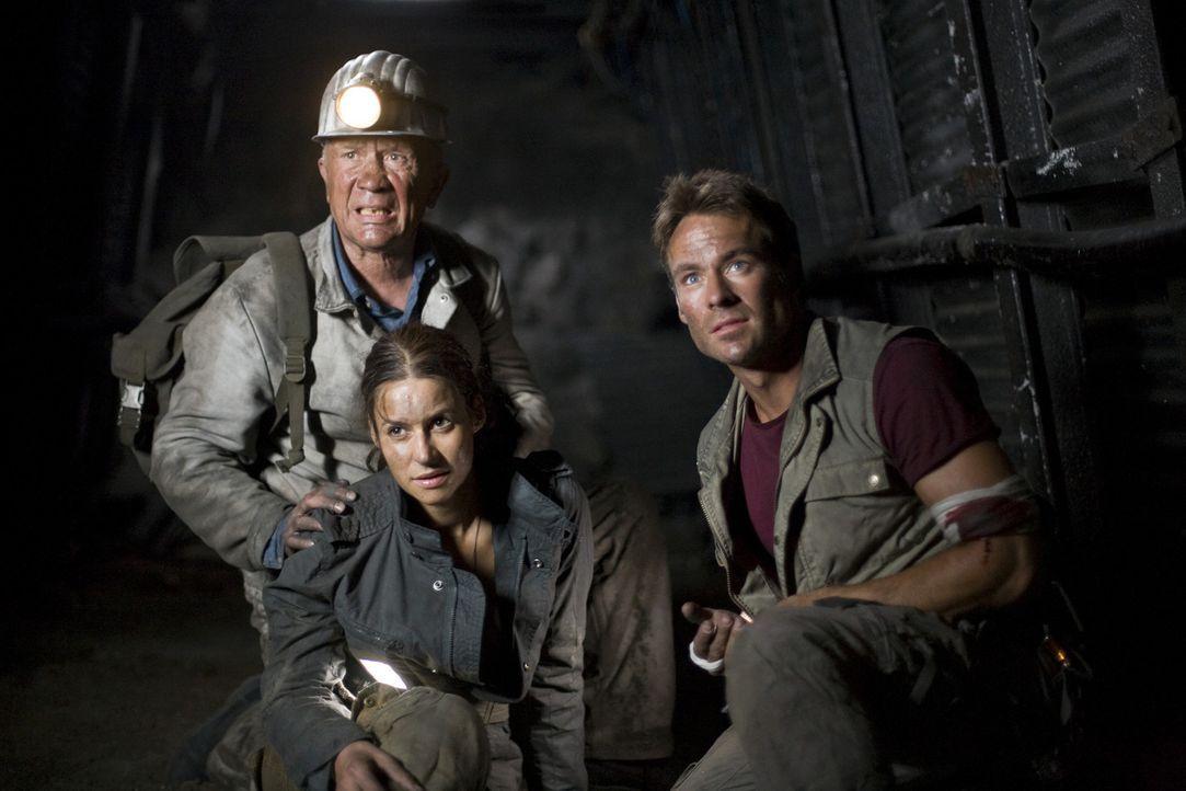 In den verlassenen Stollen des Bergwerks versuchen (v.l.n.r.) Horst (Christian Grashof), Nina (Liane Forestieri) und Thomas (Marco Girnth), die Stad... - Bildquelle: ProSieben