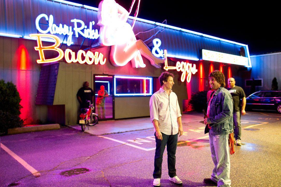 Sex, Drugs and Rock'n' Roll sind nicht gerade die Welt von Todd (Andy Samberg, l.). Doch zusammen mit seinem flippigen Chaos-Dad Donny (Adam Sandler... - Bildquelle: 2012 Columbia Pictures Industries, Inc. All Rights Reserved.