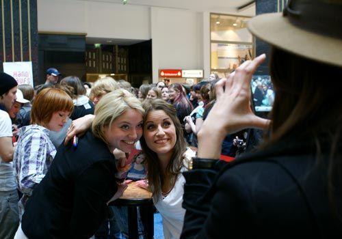 Neben dem Signieren der Autogramme nehmen sich Vanessa und Caro die Zeit für Fotos. - Bildquelle: Danilo Brandt - Sat1