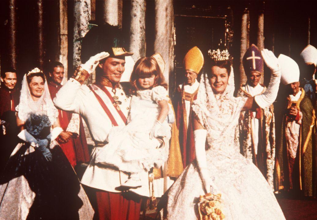 Eine glückliche Familie: Das Kaiserpaar Franz-Joseph von Österreich (Karlheinz Böhm, l.) und Sissi (Romy Schneider, r.) mit ihrer gemeinsamen Tochte... - Bildquelle: UFA-Filmverleih