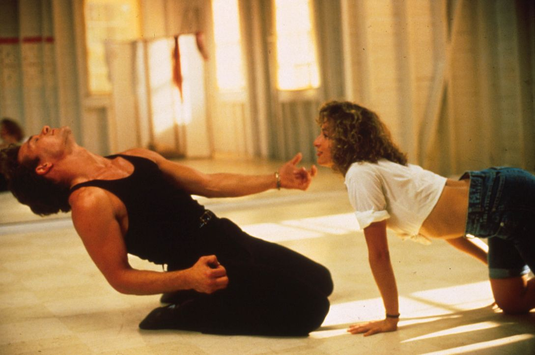 "Während der heimlichen Proben für den Abschlusstanz kommen sich Johnny Castle (Patrick Swayze, l.) und Frances ""Baby"" Houseman (Jennifer Grey, r.) i... - Bildquelle: 1997 Artisan Pictures Inc. All Rights Reserved"