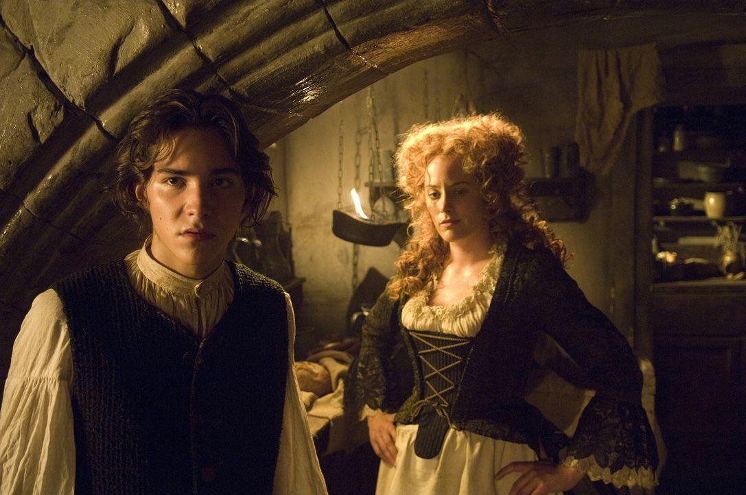 Jim Hawkins (François Goeske, l.) und seine Mutter (Silke Bodenbender, r.) bekommen ziemlich unangenehme Gäste ... - Bildquelle: ProSieben