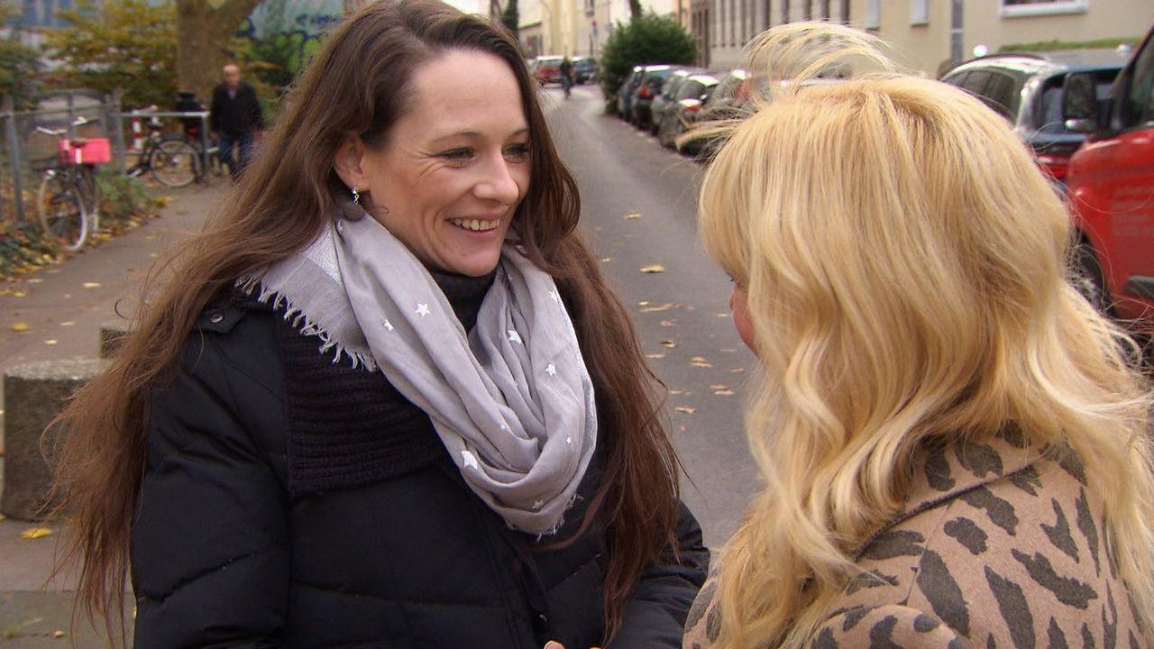 Anina (l.) wünscht sich nichts sehnlicher, als ihre leibliche Mutter zu finden - sie setzt dabei all ihre Hoffnung auf Julia Leischik (r.) - Bildquelle: SAT.1