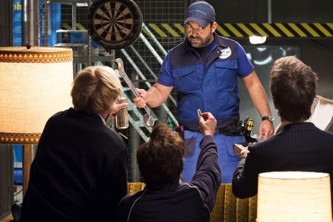 Gerät der Männerhort in Gefahr? Aykut (Serkan Cetinkaya) scheint, von der geheimen Unterkunft nicht begeistert zu sein ... - Bildquelle: Marco Nagel die Film GmbH