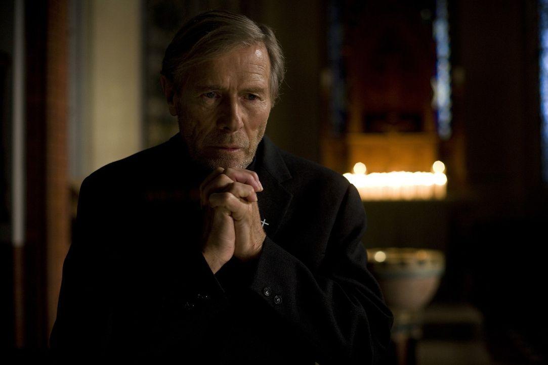 Obwohl seine Tochter und Enkeltochter die Flucht in den Westen antreten, will der Gemeindepfarrer (Horst Janson) die verbliebenen Böseckendorfer nic... - Bildquelle: Sat.1