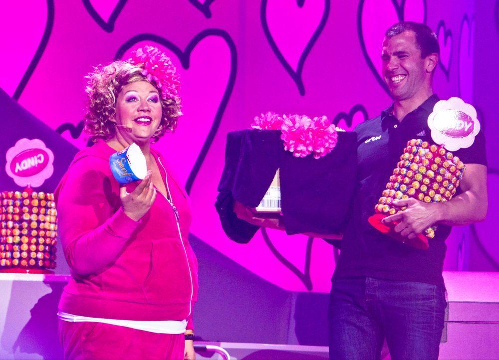 """Comedy-Prinzessin Cindy aus Marzahn (l.) wirft sich für ihr aktuelles Bühnenprogramm """"Pink is bjiutiful"""" in Schale. Getreu dem Motto """"Is' det Leben... - Bildquelle: Richard Hübner SAT.1"""