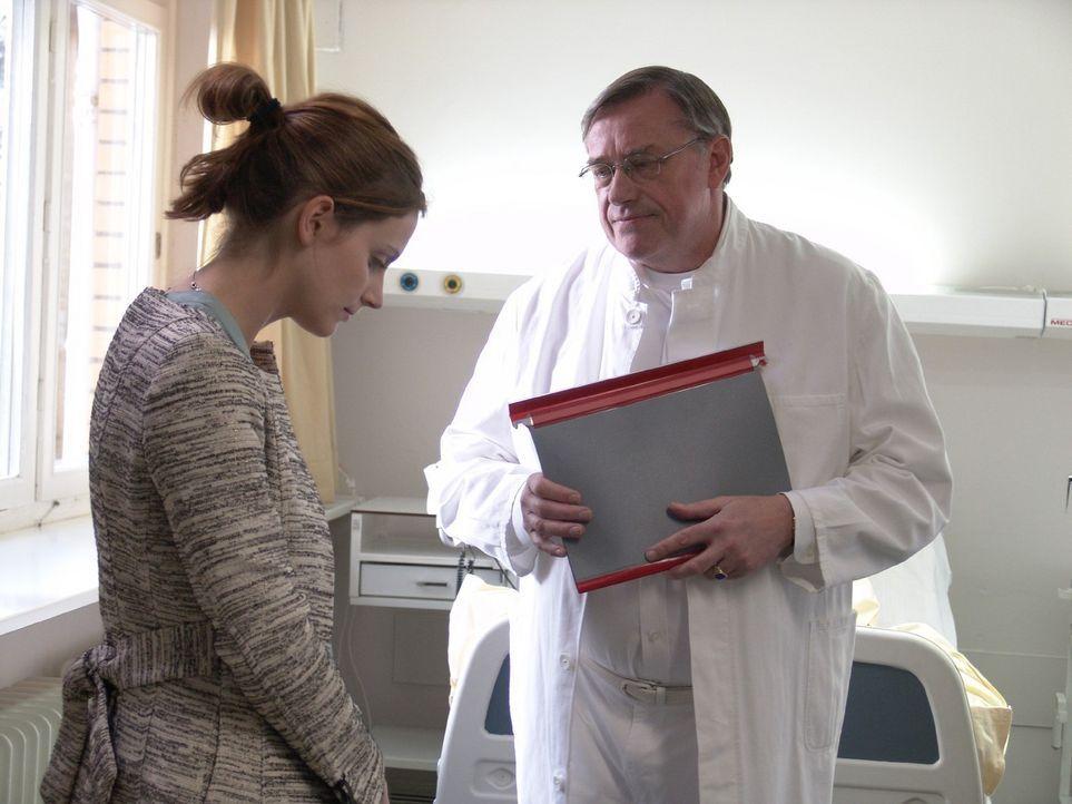 Der behandelnde Arzt Dr. Reinhard (Wilfried Dziallas, r.) rät Andrea (Marie Zielcke, l.) ihr Leben gründlich zu ändern und mehr auf ihren Körper zu... - Bildquelle: Sat.1