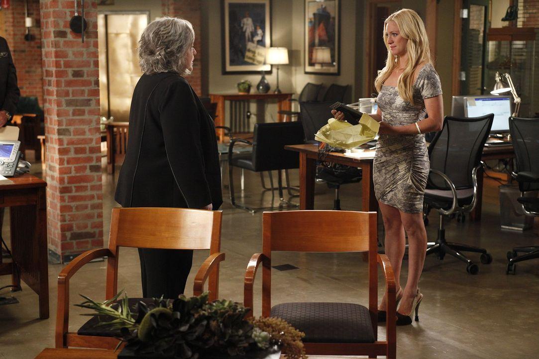 Jenna (Brittany Snow, r.) möchte sich einen Traum erfüllen und verlässt deshalb die Kanzlei von Harry (Kathy Bates, l.) ... - Bildquelle: Warner Bros. Television