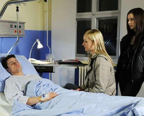 Timo ist erleichtert, als Karin und Luzi ihm versichern, dass das Taubheitsgefühl im Körper von der Narkose kommt ... - Bildquelle: Christoph Assmann - Sat1