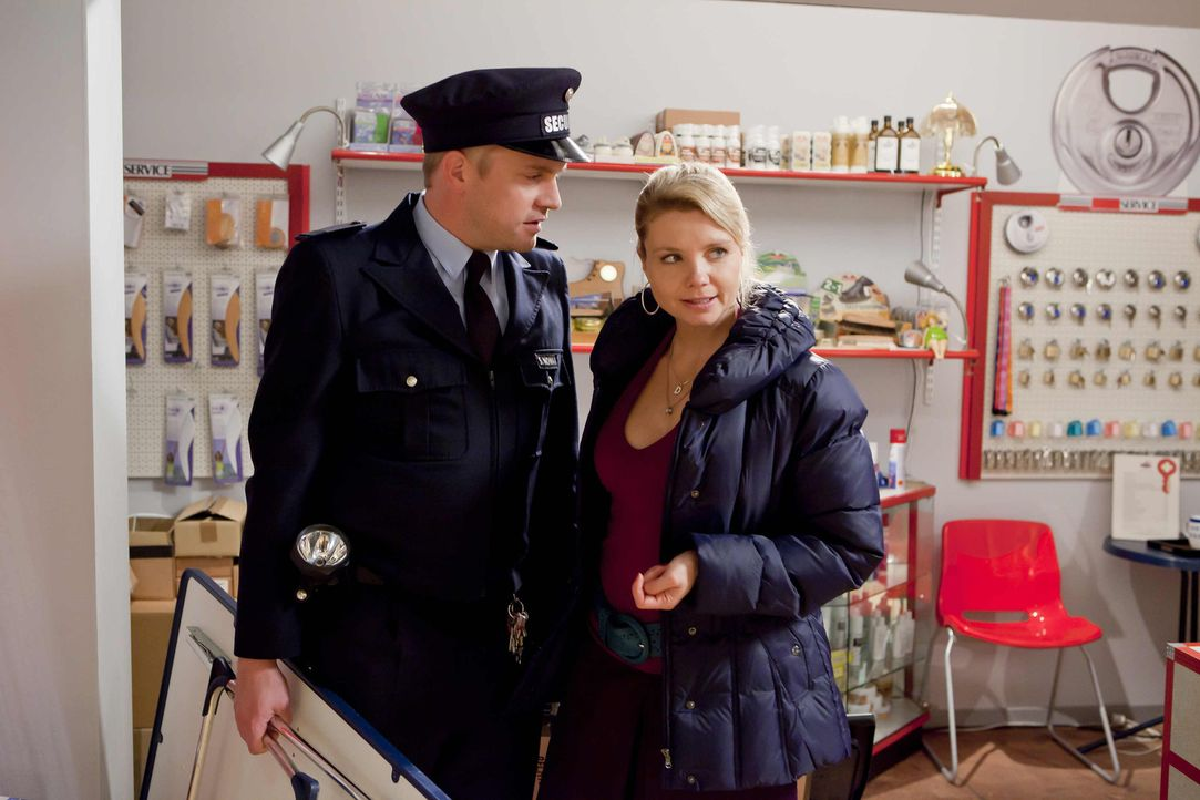 Da Sven (Sebastian Bezzel, l.) auf Schadensersatz verklagt wurde, steht Danni (Annette Frier, r.) ihm bei und vertritt ihn vor Gericht ... - Bildquelle: SAT.1
