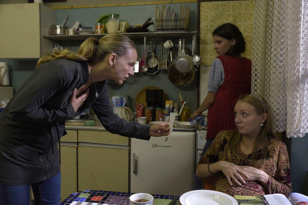 Allen Widerständen zum Trotz begibt sich Dr. Nora Schwarz (Petra Schmidt-Schaller, l.) eigenmächtig auf die Suche ihrer entführten Tochter. Als sie... - Bildquelle: Christiane Pausch SAT.1