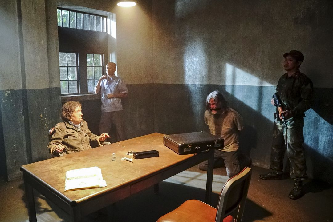 Während Hetty (Linda Hunt, l.) von ihren Entführern in Vietnam gefoltert wird, entschlüsselt das Team ein Rätsel, das ihren Aufenthaltsort preisgebe... - Bildquelle: Bill Inoshita 2017 CBS Broadcasting, Inc. All Rights Reserved
