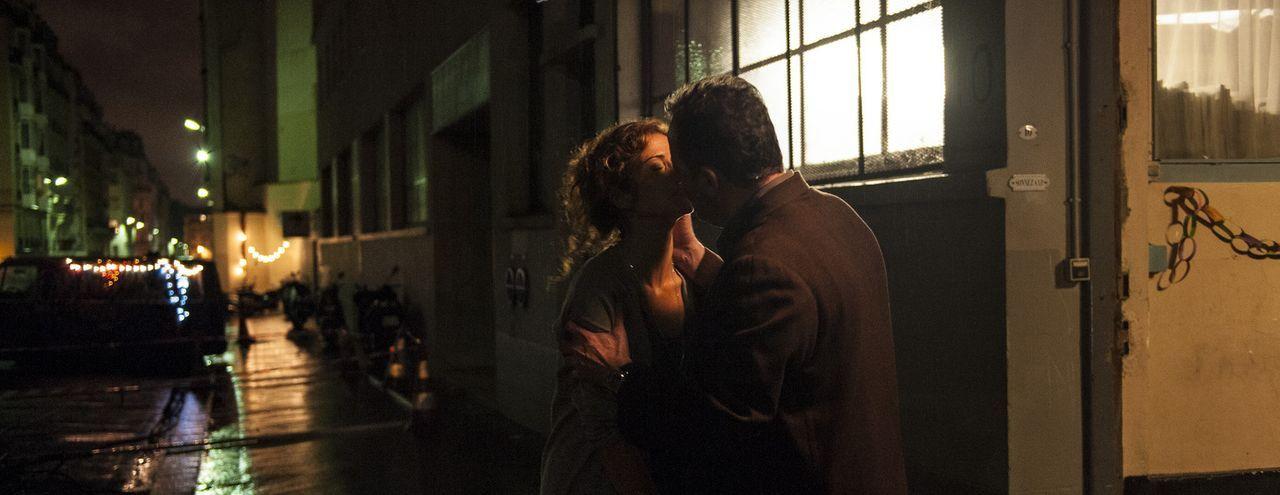 Kommissar Jo St-Clair (Jean Reno, r.) steckt wieder in Mordermittlungen und findet keine Pause. Eines Abends kommt er seiner Kollegin Karyn (Jill He... - Bildquelle: Stéphanie Dupont Atlantique Productions