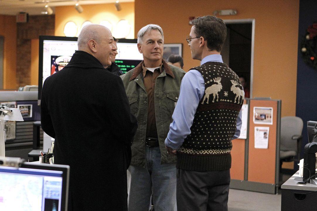 Gibbs (Mark Harmon, M.) und sein Team scheinen einer Verschwörung auf die Spur gekommen zu sein, während Palmer (Brian Dietzen, r.) nähere Bekann... - Bildquelle: CBS Television