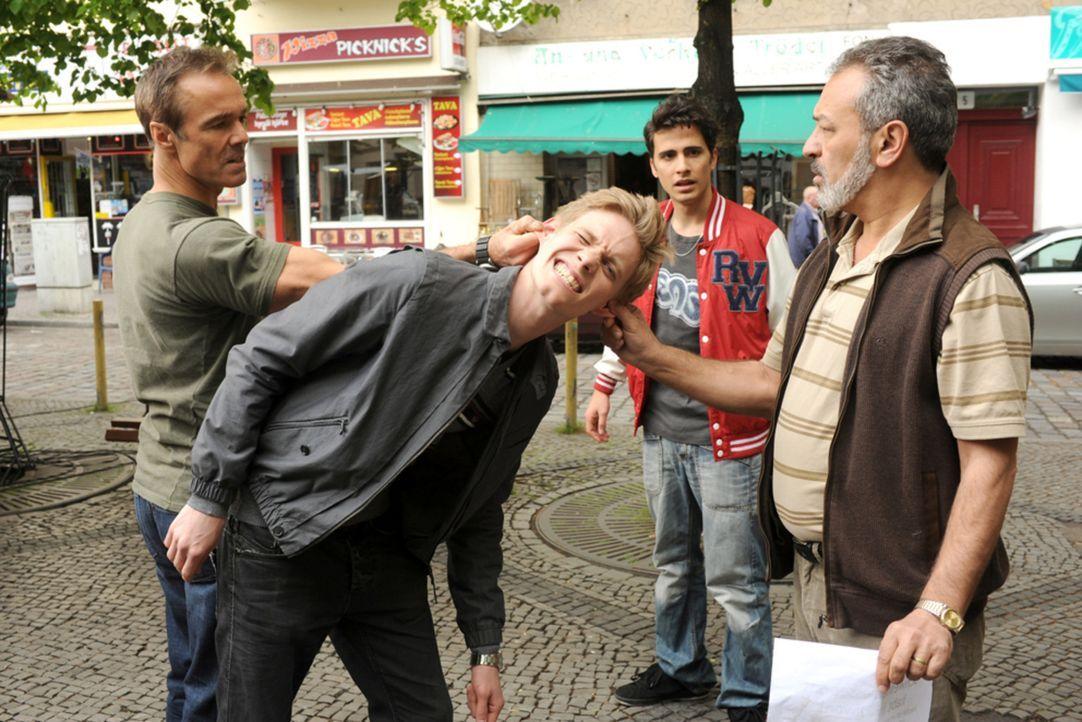 Für Harald (Hannes Jaenicke, l.) und Yussuf (Tayfun Bademsoy, 2.v.r.) gibt es keine Frage: Mustafas (Garry Fischmann, 2.v.r.) Widersacher Dirk (Pat... - Bildquelle: Aki Pfeiffer SAT.1