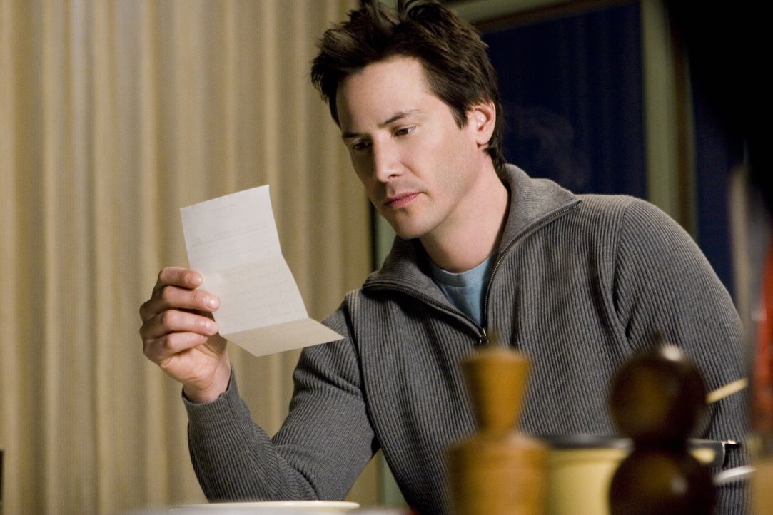 Alex Wyler (Keanu Reeves) ist der Meinung, dass sich seine Vormieterin einen Scherz mit ihm erlaubt hat. Ihr Brief ist auf das Jahr 2006 datiert, er... - Bildquelle: Warner Brothers International Television Distribution Inc.