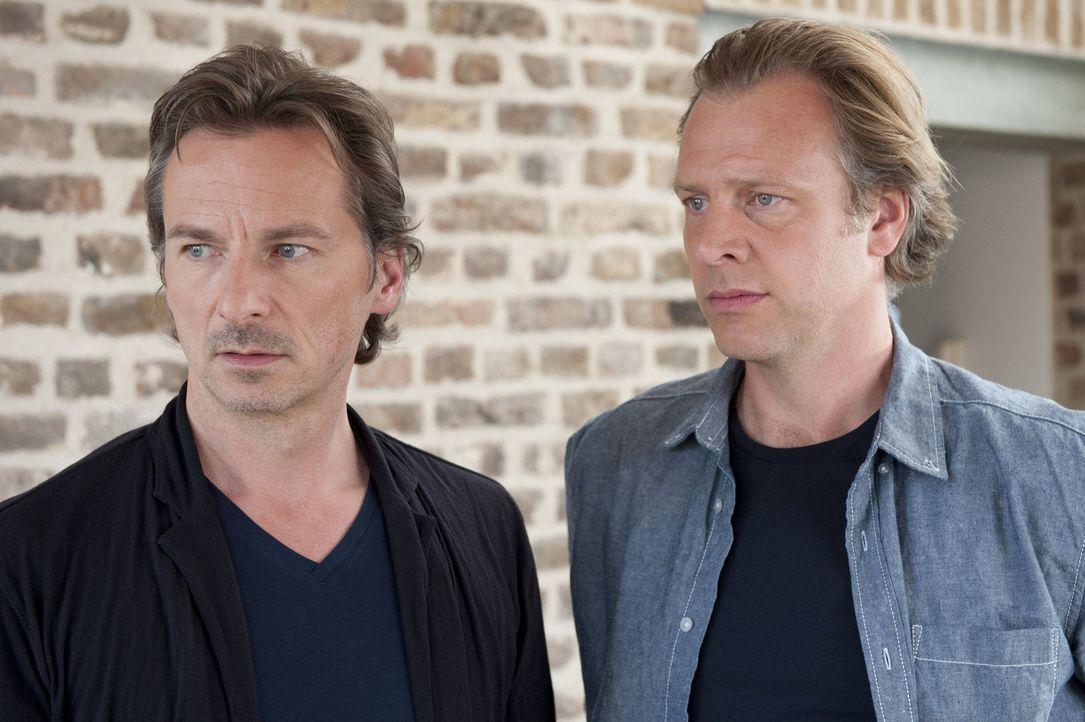 Eine Frau und zwei Männer (Christoph Grunert, r., David C. Bunners, l.). Für Mick steht sofort fest, dass einer der beiden der Täter sein muss. A... - Bildquelle: SAT.1