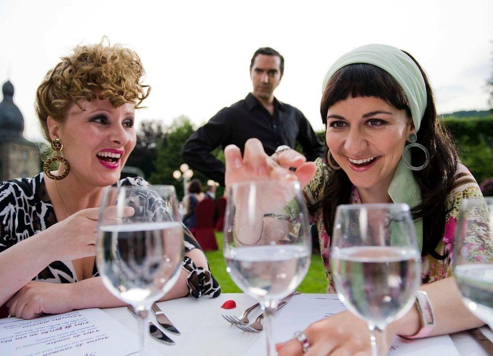 Ein Weinglas erfüllt eben mehrere Zwecke, doch der Kellner (Thomas M. Held, M.) sieht das gar nicht gern. (Nina Vorbrodt, l. und Shirin Soraya, r.) - Bildquelle: Martin Menke Sat.1