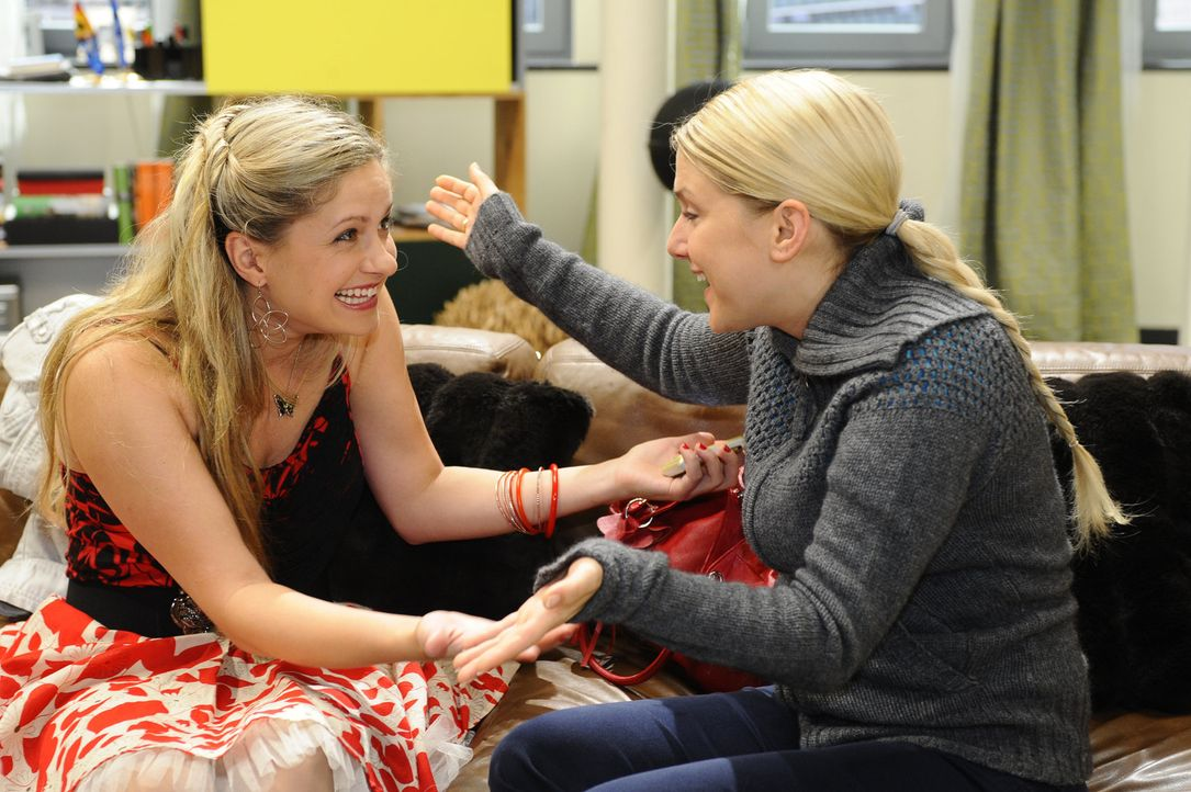 Mia (Josephine Schmidt, l.) ringt sich durch und überrascht Alexander mit ihrer Zusage zu. Anna (Jeanette Biedermann, r.) freut sich für sie ... - Bildquelle: SAT.1