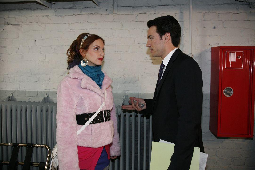 Manu (Marie Zielcke, l.) hofft darauf, dass Mark (Arne Stephan, r.) ihr Engagement honoriert - doch vergebens! Hoteldirektor Mark Braun ist viel zu... - Bildquelle: SAT.1