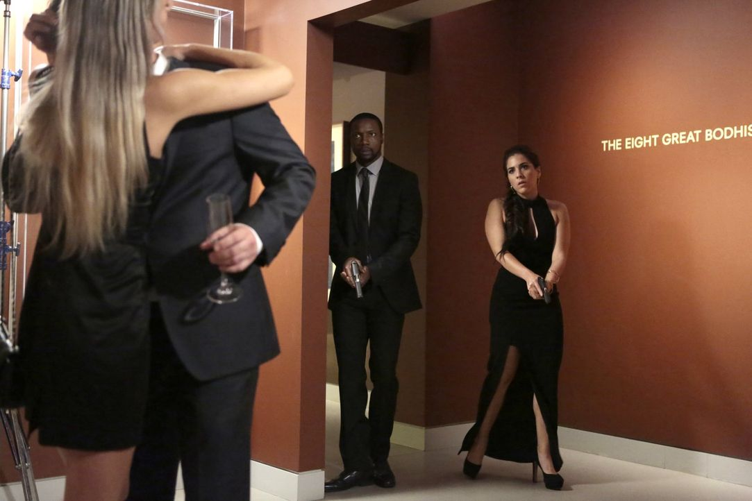 Schon bald müssen Zapata (Audrey Esparza, r.) und Edgar Reed (Rob Brown, 2.v.r.) erkennen, dass die rächende Ex-Agentin ihnen immer einen Schritt vo... - Bildquelle: Warner Brothers